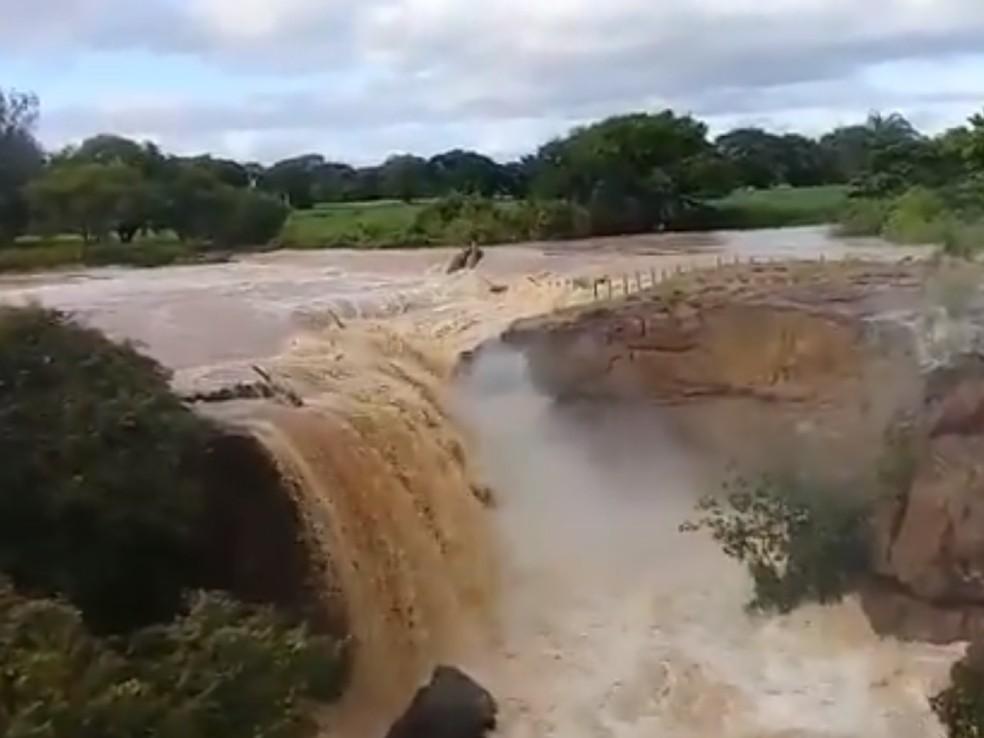 Cachoeira de Missão Velha mudou sua paisagem após as fortes chuvas que caíram na última semana — Foto: Reprodução