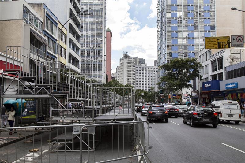Trânsito no Centro de Curitiba tem bloqueios para desfile de Carnaval durante o feriado