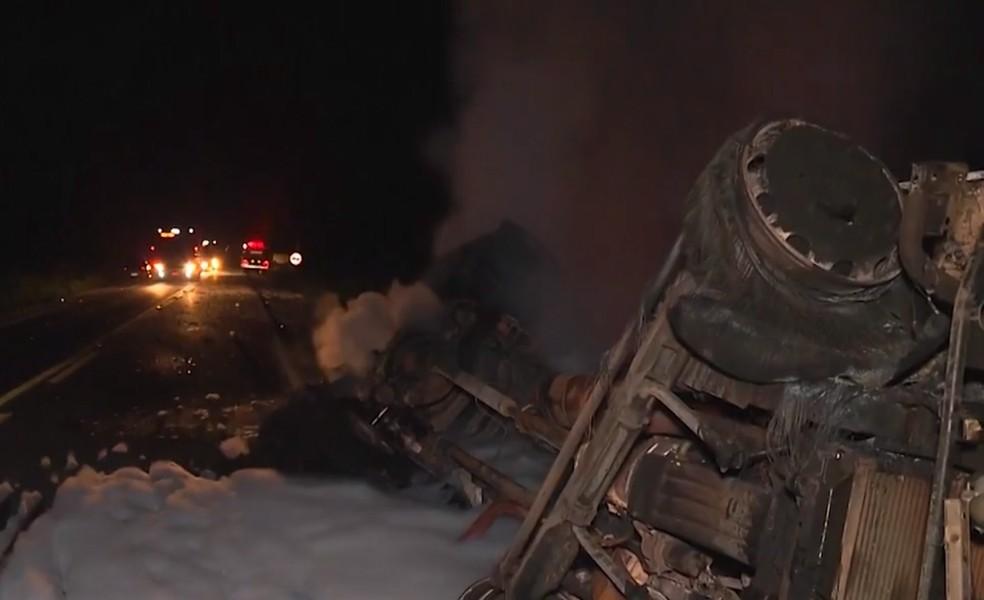Testemunhas contaram que carreta teria invadido a contramão da rodovia â?? Foto: Reprodução/TV Santa Cruz
