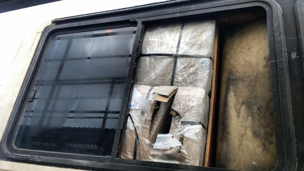 Do lado de fora, janelas fechadas davam a impressão de ser um ônibus comum (Foto: PRF/Divulgação)
