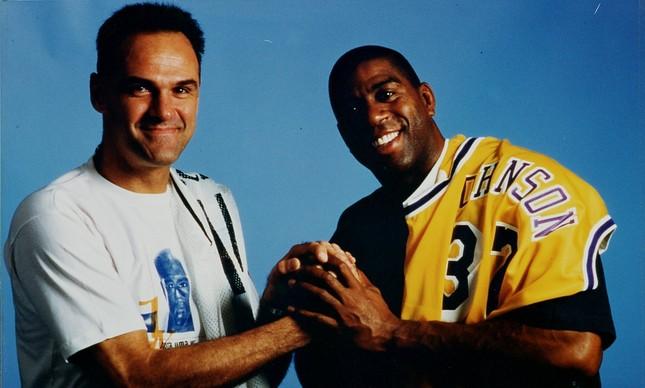 Magic Johnson posa ao lado de Oscar antes de amistoso realizado em 1997