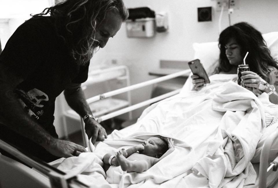 Costance Hall gera polêmica com fotos após parir  (Foto: Reprodução / Facebook)