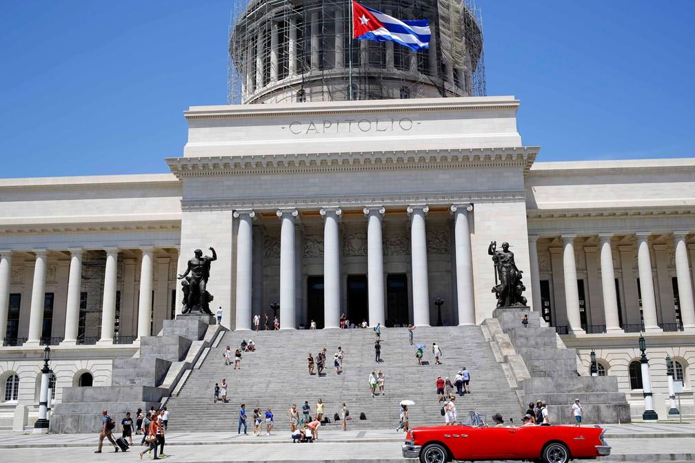 Turistas nas escadarias do Capitólio de Cuba, em Havana, em foto de 14 de agosto — Foto: AP Photo/Desmond Boylan