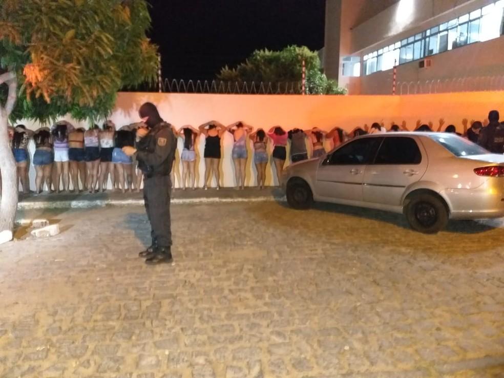 63 pessoas foram levadas à delegacia por descumprimento a decreto que proíbe aglomerações no RN — Foto: PM/Divulgação