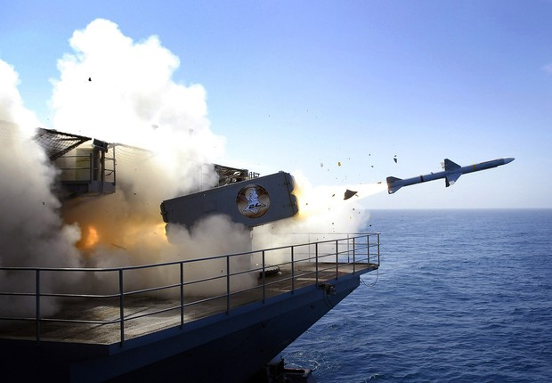 A RIM-7P NATO Sea Sparrow Missile launches the Nimitz-class aircraft carrier USS Abraham Lincoln (CVN 72) during a stream raid shoot exercise on August 13, 2007 in the Pacific Ocean, At Sea (Foto: R. Beesley/U.S. Navy via Getty Images)