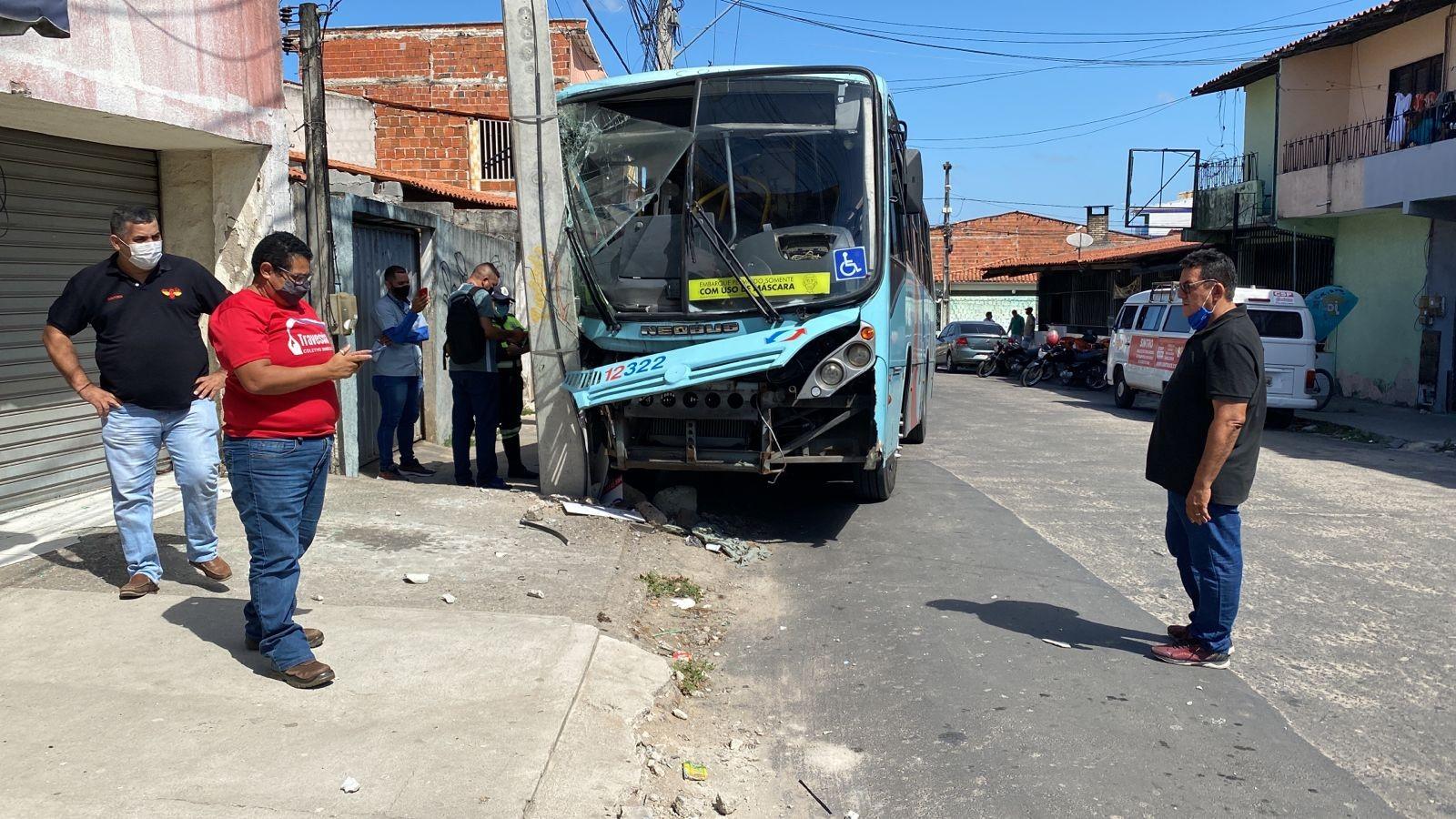 Ônibus bate em poste e deixa idosa e outros passageiros feridos em Fortaleza