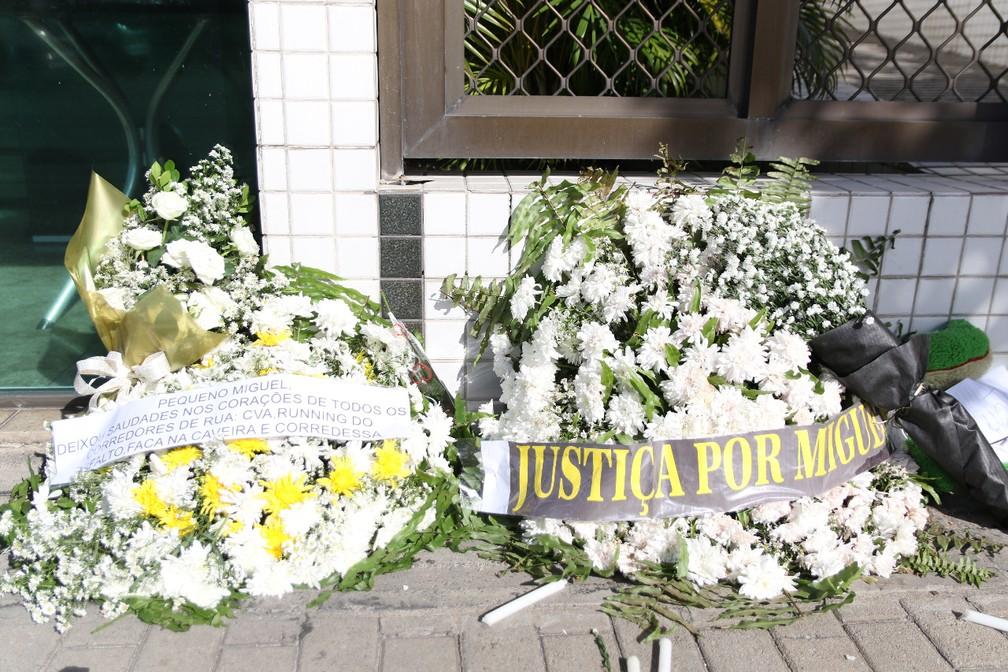 Coroas de flores foram deixadas na frente do prédio onde Miguel Otávio, de 5 anos, caiu, no Centro do Recife — Foto: Marlon Costa/Pernambuco Press
