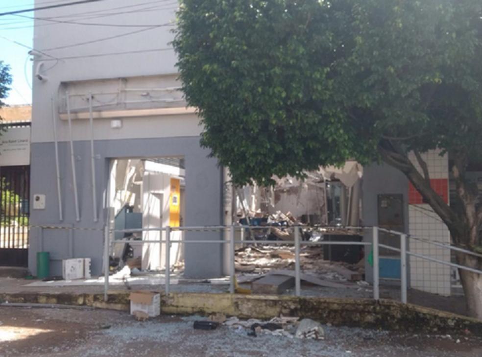 Agência bancária de Santana do Cariri ficou destruída.  (Foto: Lorena Tavares/TV Verdes Mares Cariri)
