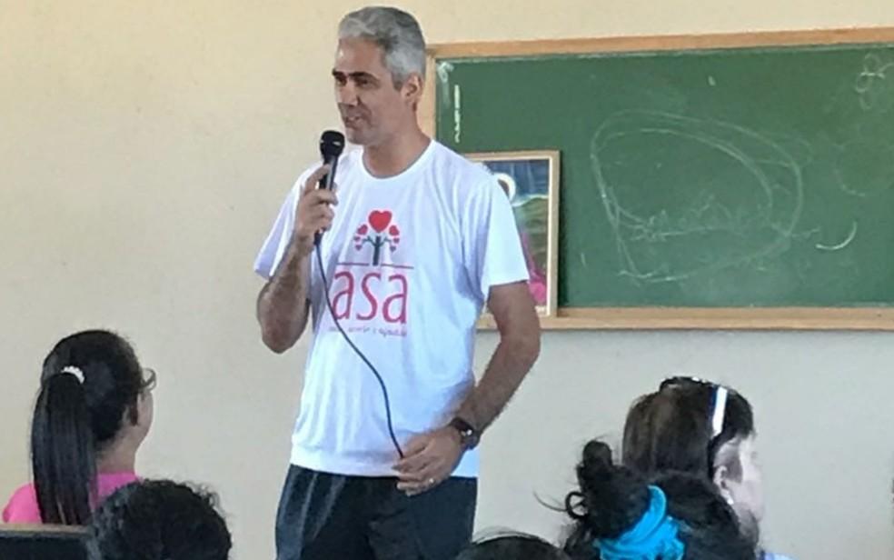 Servidor público Milton Costa Filho realiza há mais de 30 anos trabalho voluntário em Goiânia, Goiás — Foto: Arquivo pessoal/ ASA