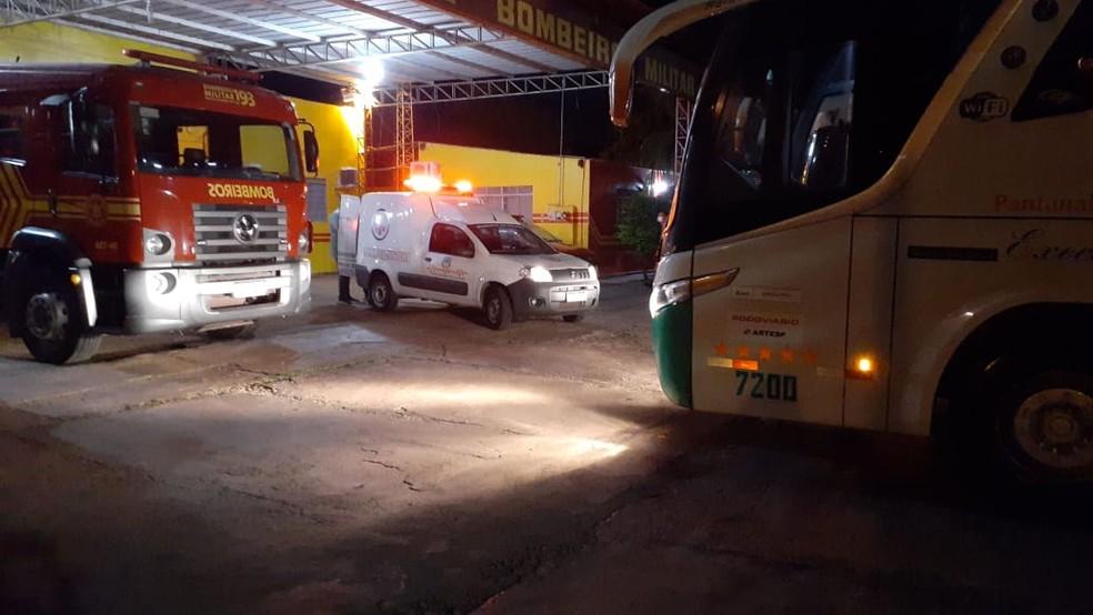 Ônibus e equipes de saúde no quartel dos bombeiros em Corumbá — Foto: Corpo de Bombeiros/Divulgação
