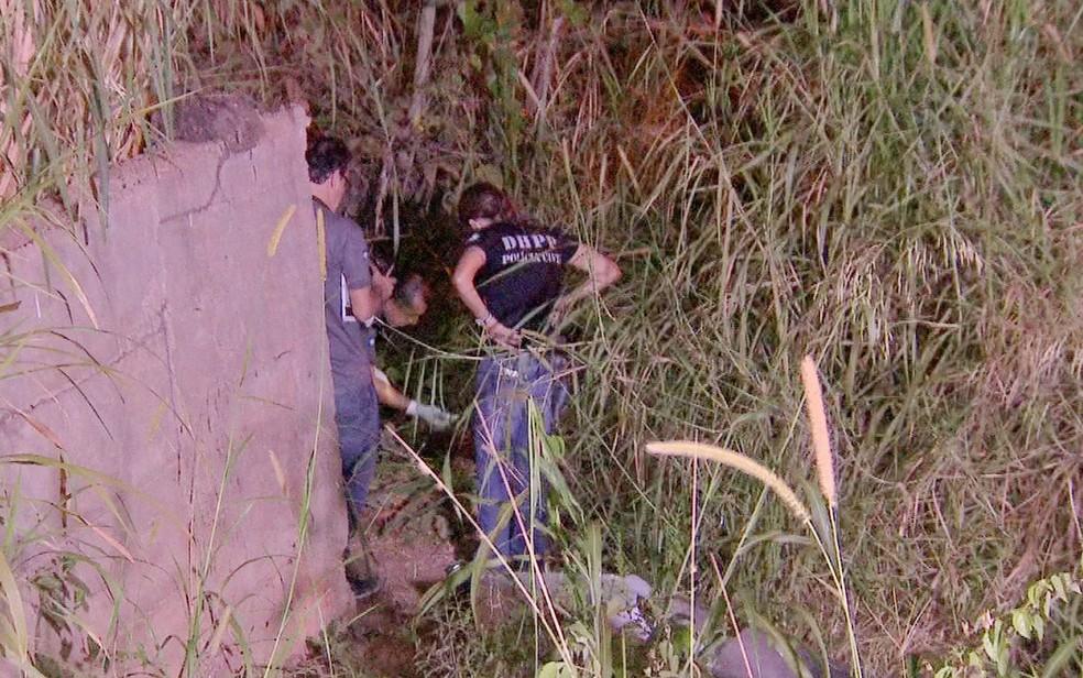 Mulher foi espancada, esfaqueada, morta e teve o corpo jogado em esgoto em Várzea Grande (Foto: Reprodução/TVCA)