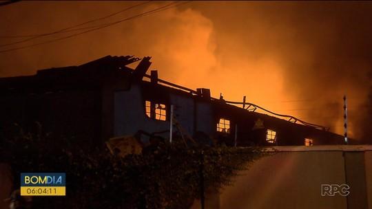 Incêndio destrói barracão que guardava materiais recicláveis na Região de Curitiba