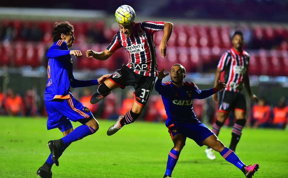 Sequência de gols tomados preocupa Sidão no São Paulo