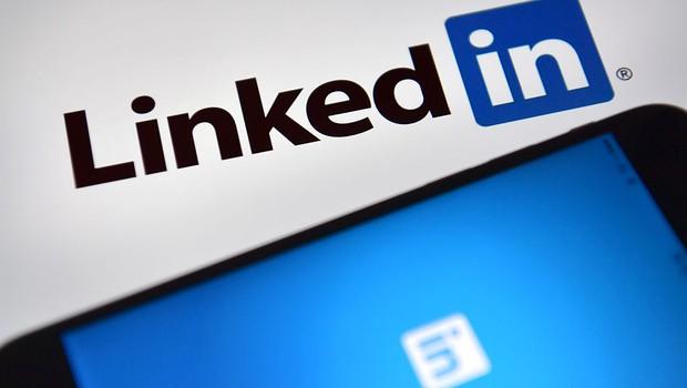Logo da rede profissional LinkedIn é vista na tela de um celular (Foto: Carl Court/Getty Images)
