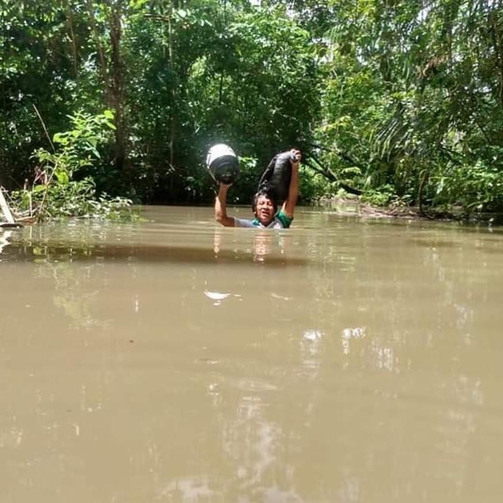 Para chegar até a impressora, é preciso atravessar igarapés cheios e estradas inundadas — Foto: Reprodução/Instagram/Glycya