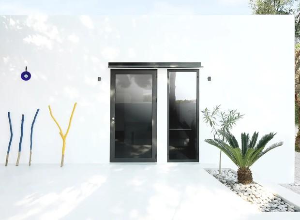 O uso do branco também convida os hóspedes a interagirem com ambiente, uma vez que as marcas de habitação e convívio se sobressairão no design original (Foto: Apartment Therapy/ Reprodução)