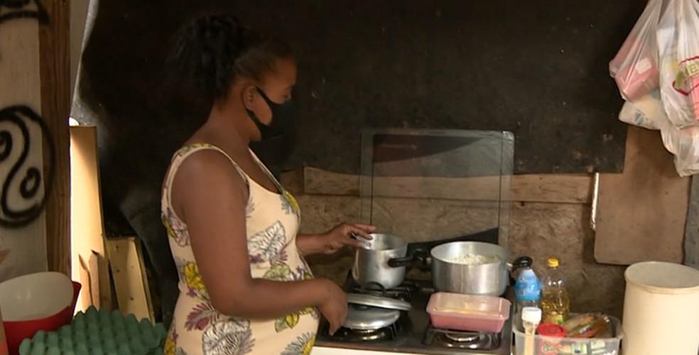 Marina e a família tiveram de deixar uma casa mais confortável para morar em um barraco em Campinas (SP) — Foto: Reprodução/EPTV