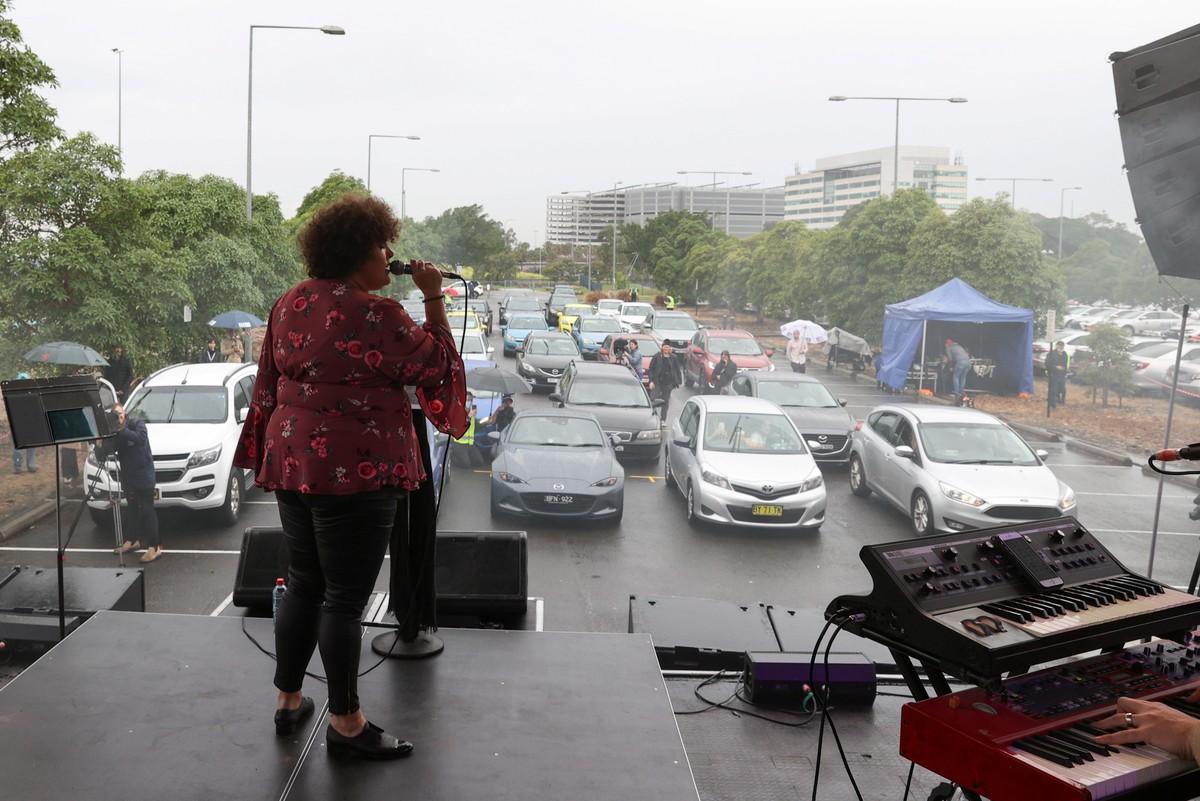 Cantora Casey Donovan faz show em drive-in após Sydney flexibilizar restrições contra coronavírus   Música