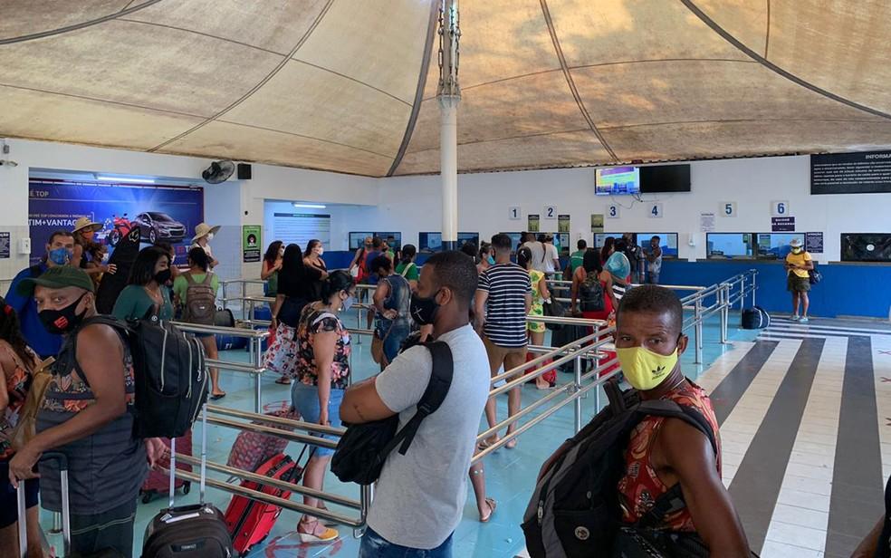 Passageiros na fila dos guichês para compra de passagens do ferry boat, em Salvador — Foto: Adriana Oliveira/TV Bahia