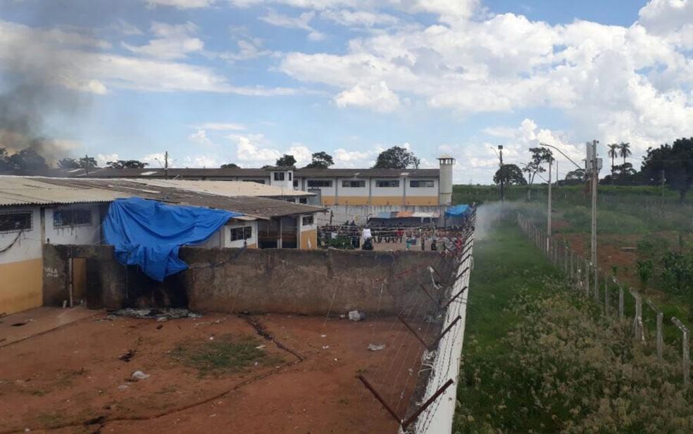 Presos fazem rebelião na Colônia Agroindustrial em Aparecida de Goiânia  (Foto: Reprodução/TV Anhanguera)