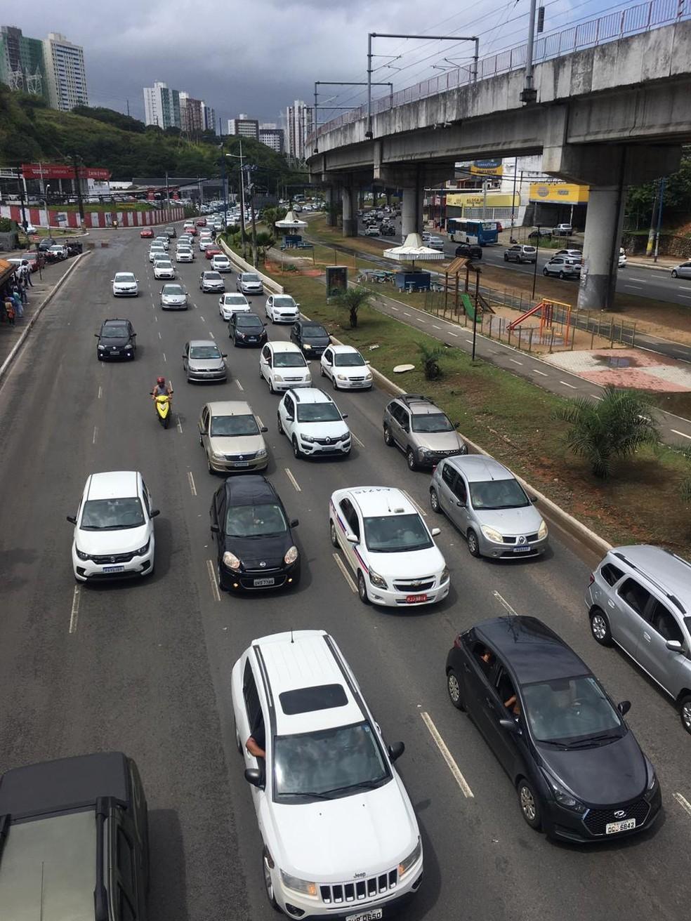 Motoristas de aplicativo fazem carreata em Salvador — Foto: Eduardo Oliveira/TV Bahia
