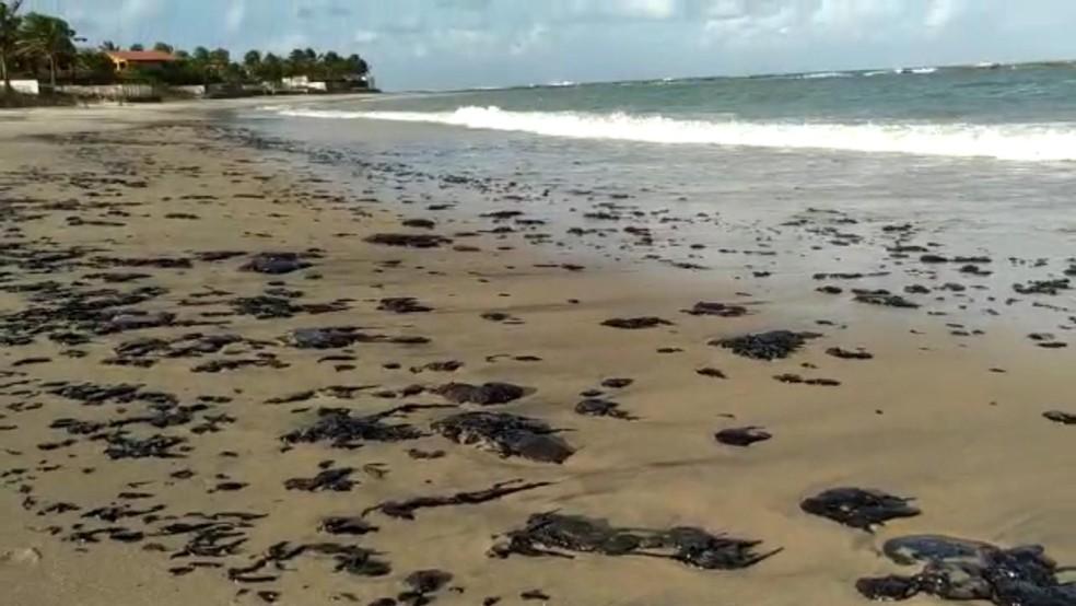 Manchas escuras também foram vistas na praia de Camurupim, no RN — Foto: Redes Sociais