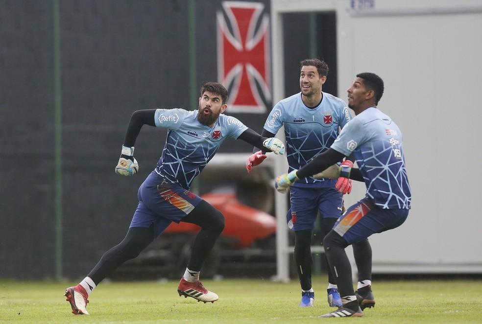 Martin Silva treina ao lado de Fernando Miguel e João Pedro — Foto: Foto: Rafael Ribeiro/Vasco