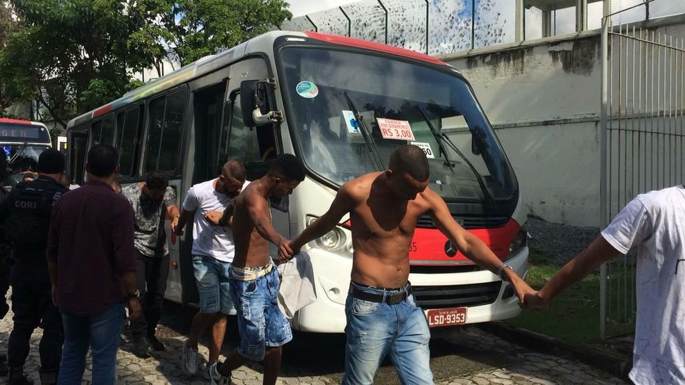 Presos chegaram por volta das 9h na Cidade da Polícia, no Jacaré (Foto: Fernanda Rouvenat / G1)
