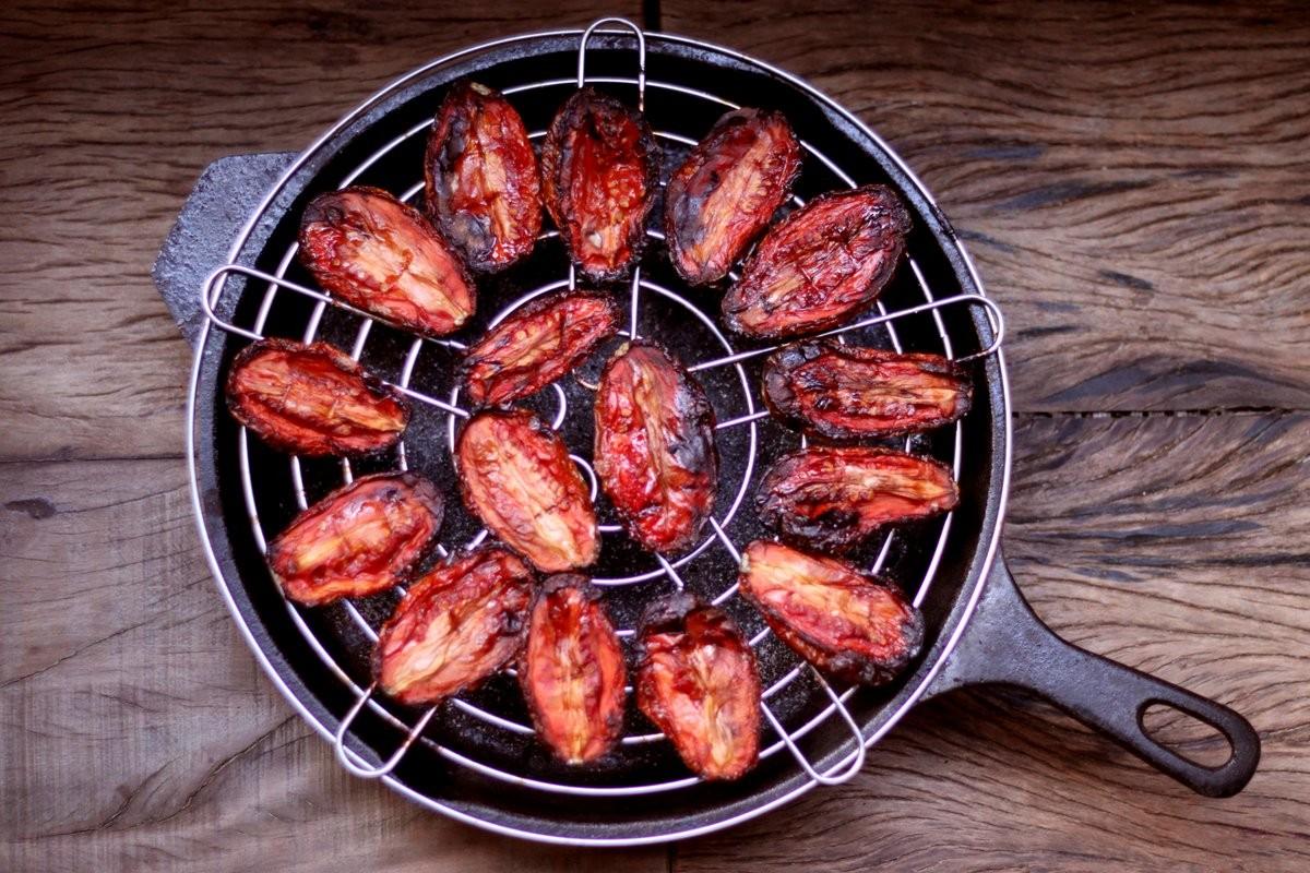 3 – Disponha os tomates em uma grade com a pele para baixo. E coloque a grande sobre uma assadeira que sirva de base. Se não tiver grade, forre uma assadeira com papel manteiga e unte com azeite, ou use uma assadeira antiaderente.  (Foto: Larissa Januário)