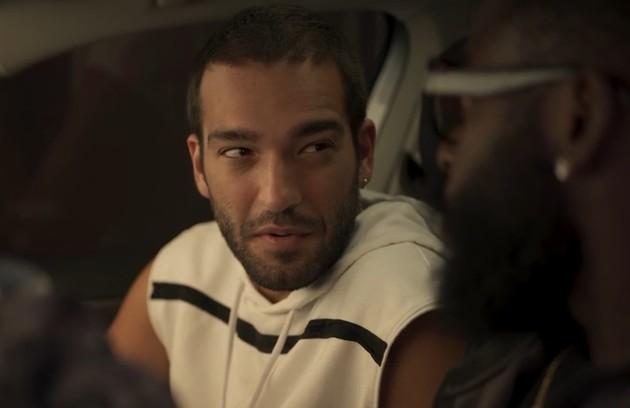 Na terça (11), Sandro (Humberto Carrão) vai ajudar Marconi (Douglas Silva) a roubar um quadro de Lídia (Malu Galli) (Foto: TV Globo)