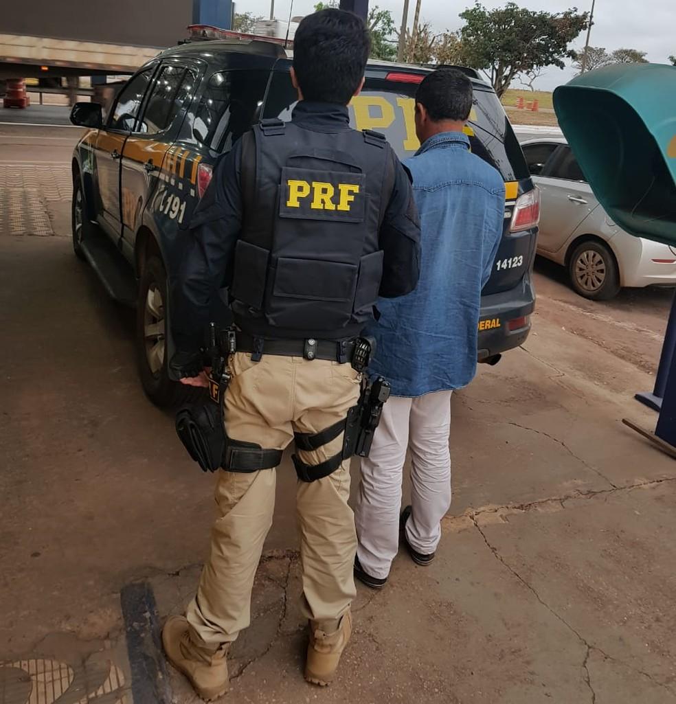 Homem procurado por estupro foi preso com mais de 100 pedras de diamante escondidas no tênis (Foto: Polícia Rodoviária Federal de MT)