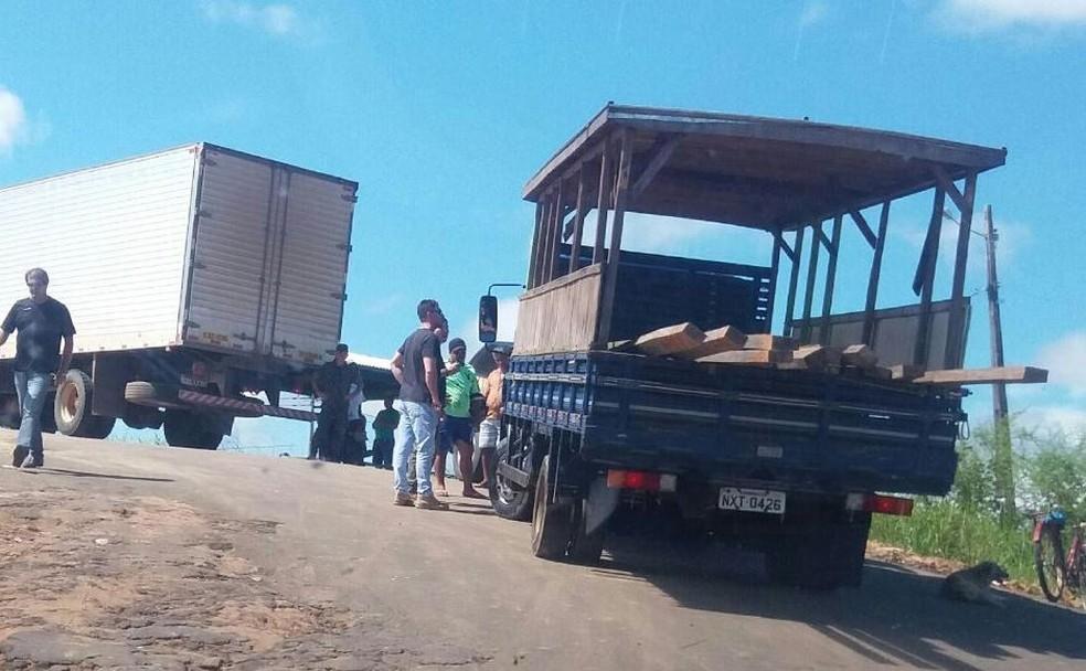 Madeira estava sendo transportada em caminhão da prefeitura de Rodrigues Alves (Foto: Arquivo pessoal)