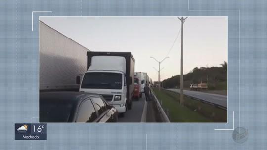 Acidente deixa cerca de 15 km de congestionamento na Fernão Dias em Carmo da Cachoeira, MG