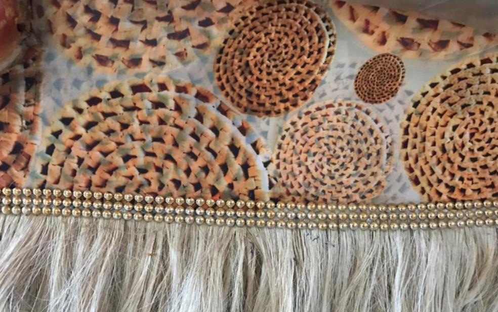 Palha de carnaúba usada na franja e nos descansos de pratos que decoraram uma das alegorias da União da Ilha — Foto: Alba Valéria Mendonça/G1