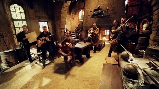 Família Lima invade a cidade cenográfica de 'Deus Salve o Rei' e toca hit de Anitta no estilo medieval