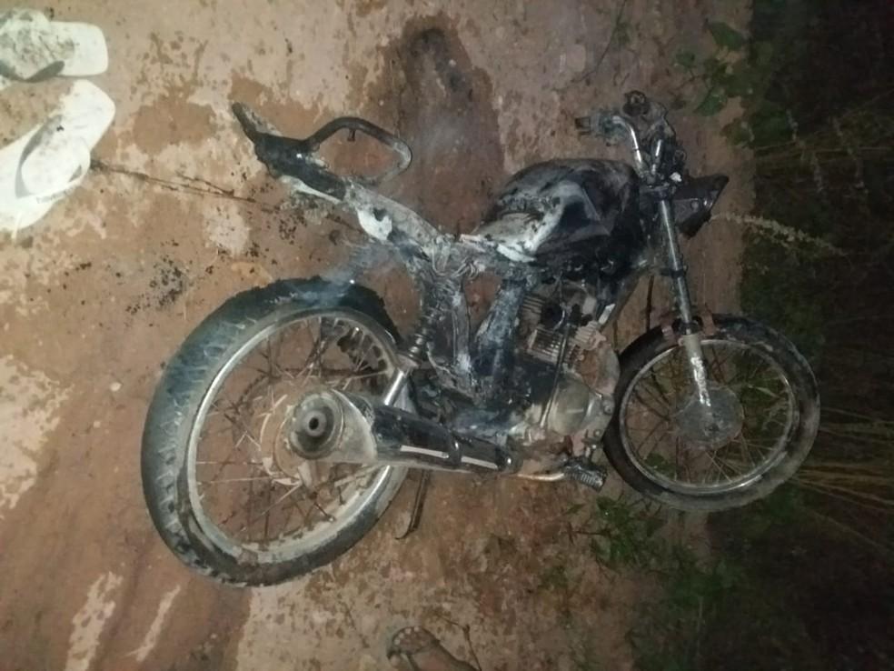 Motocicleta pegou fogo após colisão frontal que deixou três feridos no município de Acaraú. — Foto: Arquivo pessoal