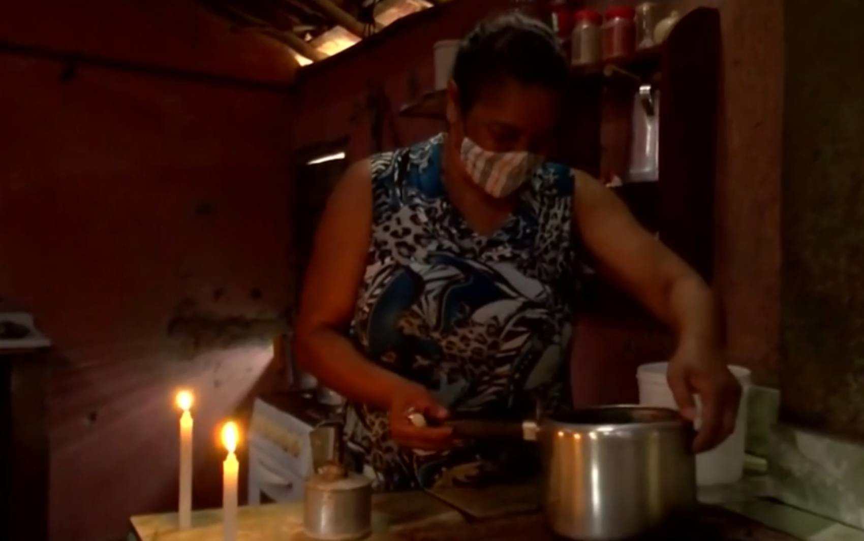 Aposentada revela gastar mais de R$ 50 por mês em velas em povoado da BA que não tem energia elétrica há quase 16 anos