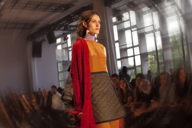 No mesmo look da Osklen, o tricô, a seda orgânica e o náilon matelassado (Foto: Marcelo Salvador)