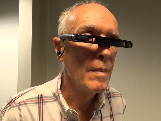 Pietro Azzolini, diagnosticado com Parkinson há 12 anos, treina com óculos de realidade virtual (Foto: Mariana Lenharo/G1)
