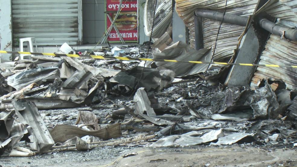 Pilha de entulhos e metais que sobraram do incêndio que se alastrou por uma loja de peças automotivas, na noite da quarta (18), na Zona Oeste do Recife — Foto: Reprodução/TV Globo