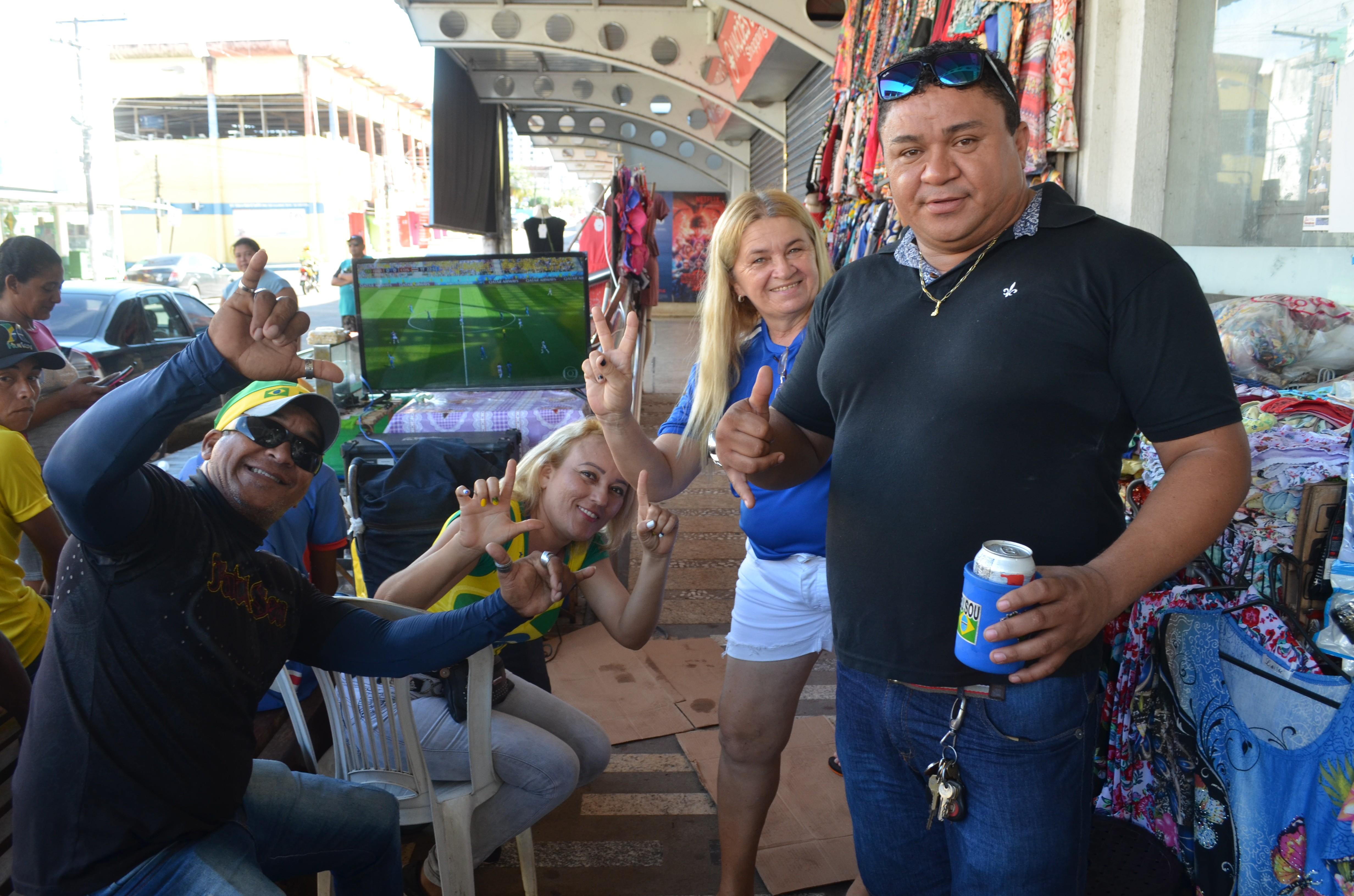 Funcionários do centro comercial de Macapá dão um 'jeitinho' de ver a seleção no trabalho