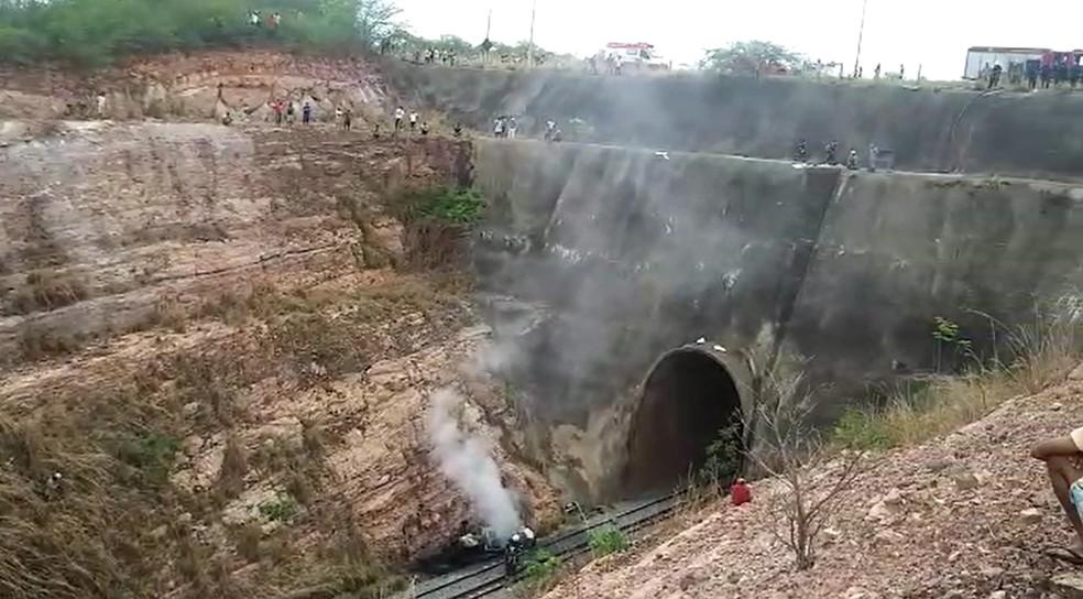 Carro de policial cai de ponte de 30 metros de altura e morre no interior do Ceará — Foto: TVM/Reprodução
