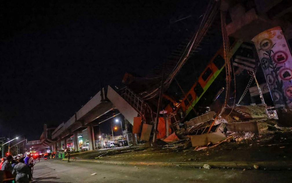 Destroços de viaduto e trem na Cidade do México — Foto: Carlos Jasso / Reuters