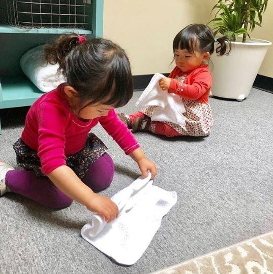 As filhas da musa da organização, Marie Kondo, já ajudam a manter suas pequenas roupinhas em ordem (Foto: Instagram/Reprodução)