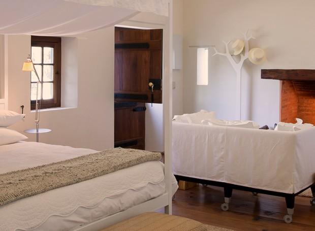 Sofisticação clean define o estilo dos quartos da Babylonstoren, na África do Sul (Foto: Reprodução)