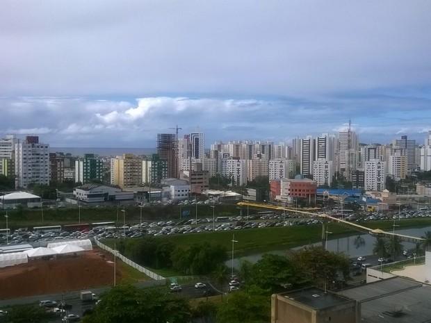 Trânsito na Avenida Paralela (Foto: Henrique Mendes/G1)