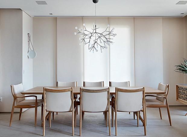 persiana-sala-de-jantar-mesa-cadeiras-pendente-neutro (Foto: Denilson Machado/Divulgação)