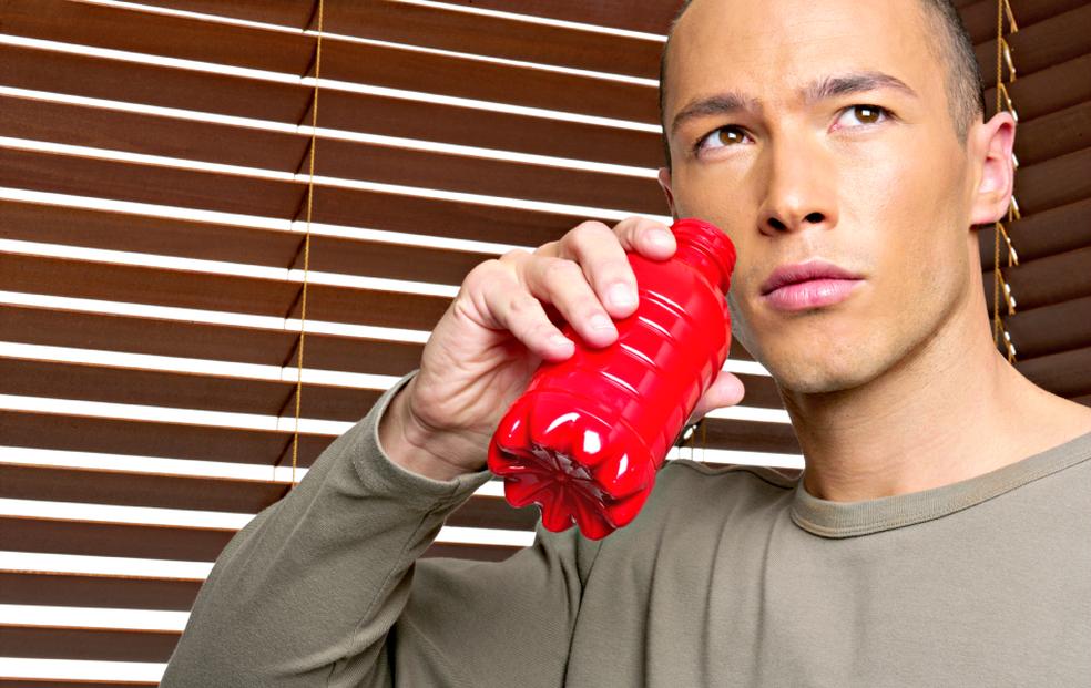 Homem bebendo energético: é preciso moderação no uso (Foto: Getty Images)