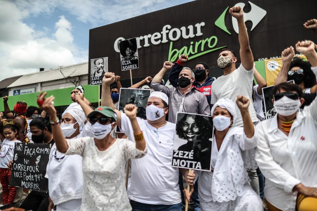 Manifestantes protestam diante do Carrefour na Asa Norte, em Brasília, contra o assassinato de João Alberto Silveira Freitas, um homem negro de 40 anos, que foi espancado até a morte por dois seguranças brancos numa loja da rede em Porto Alegre (RS), nesta sexta- feira, 20 de novembro de 2020. — Foto: GABRIELA BILó/ESTADÃO CONTEÚDO