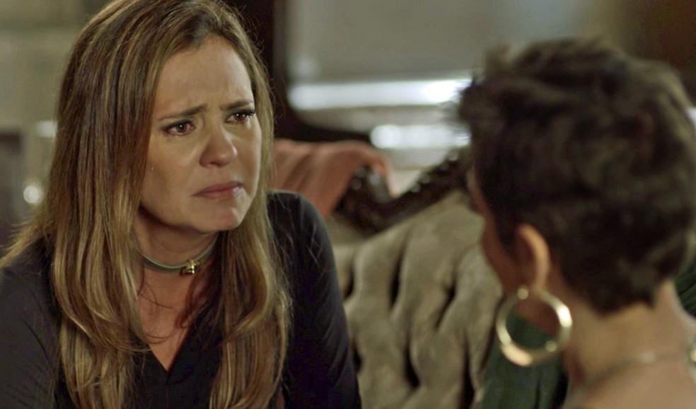 Laureta escuta desabafo de Karola sobre casamento de Beto e Luzia e chora, com pena da filha — Foto: TV Globo